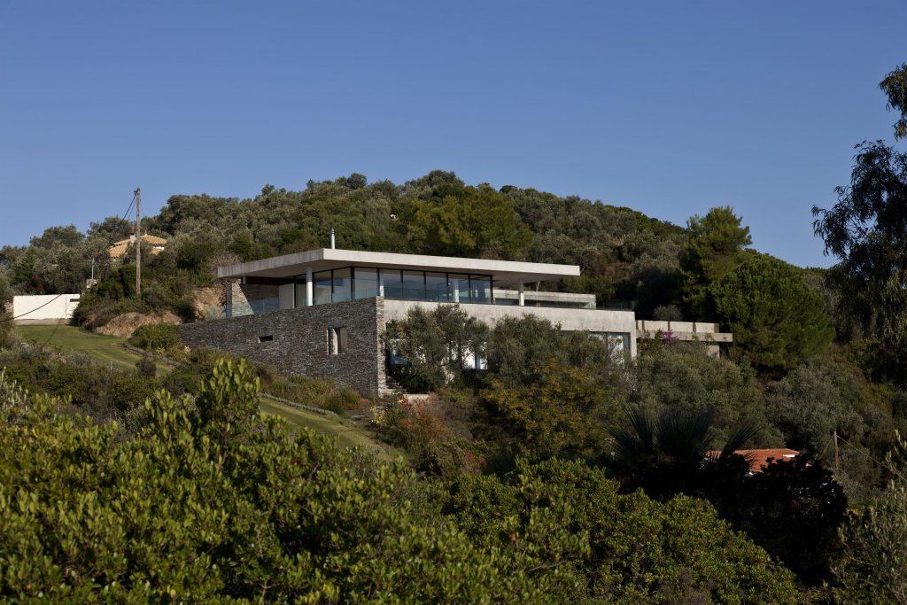 greece-an-iconic-modernist-retreat-surrounded-by-nature-skiathos-jupiter-9jpgd72162234774260b30fde94876-jpg