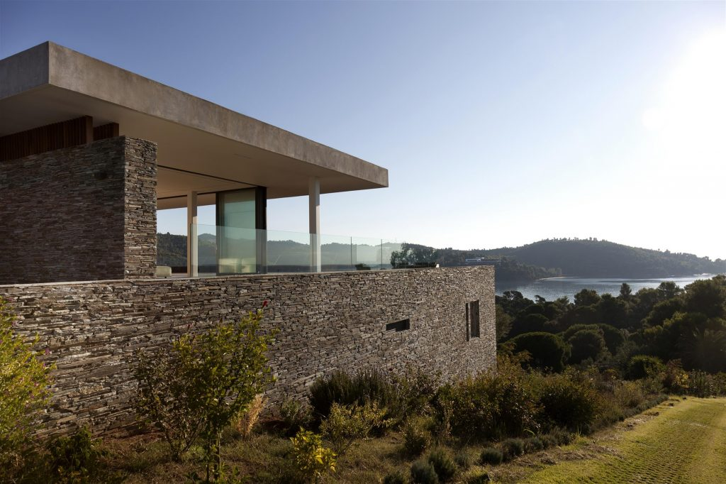 greece-an-iconic-modernist-retreat-surrounded-by-nature-back-exterior-162234775060b30fe66a8a1-jpg