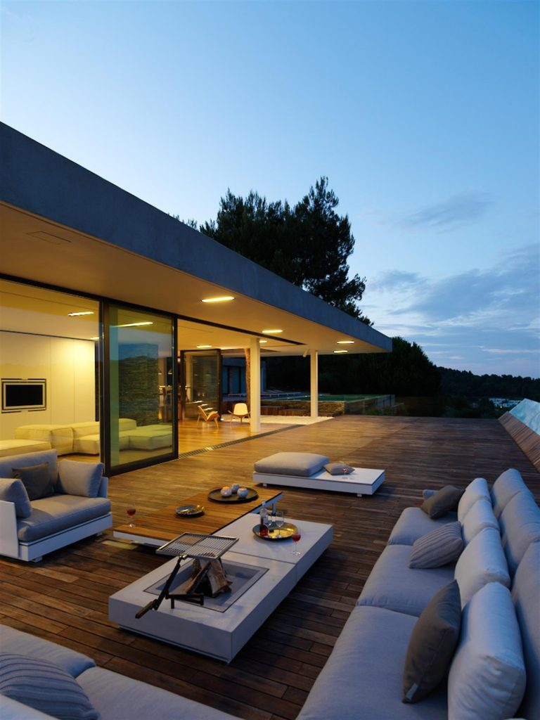 greece-an-iconic-modernist-retreat-surrounded-by-nature-night-exterior-162234775760b30fed94a22-jpg