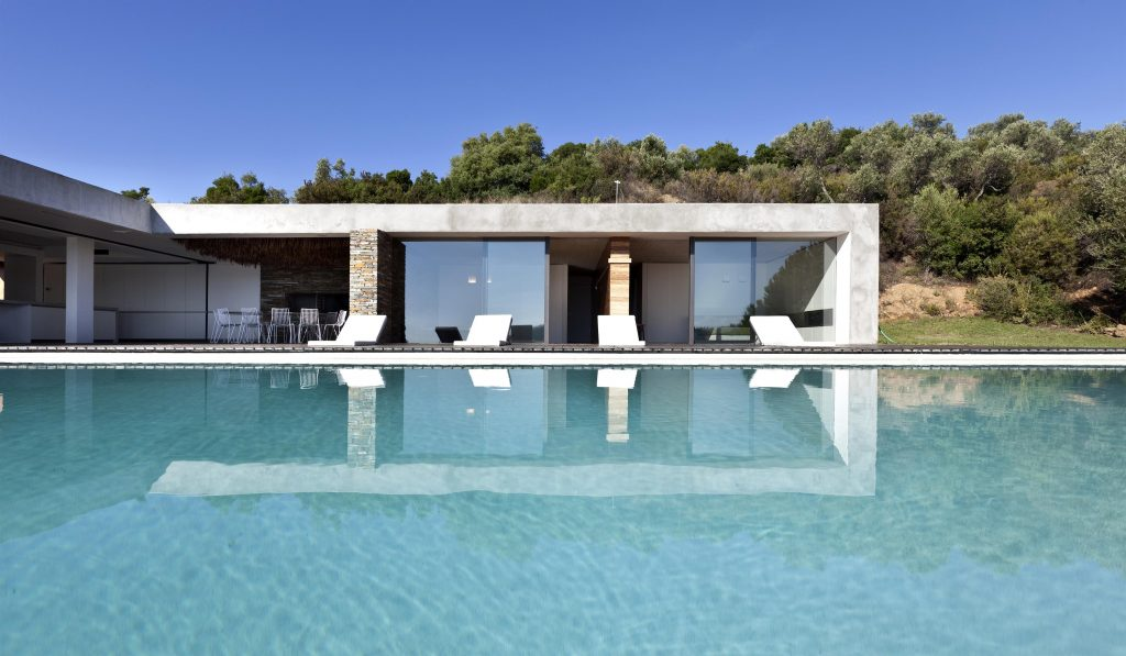 greece-an-iconic-modernist-retreat-surrounded-by-nature-main-exterior-162234776760b30ff77bf6f-jpg
