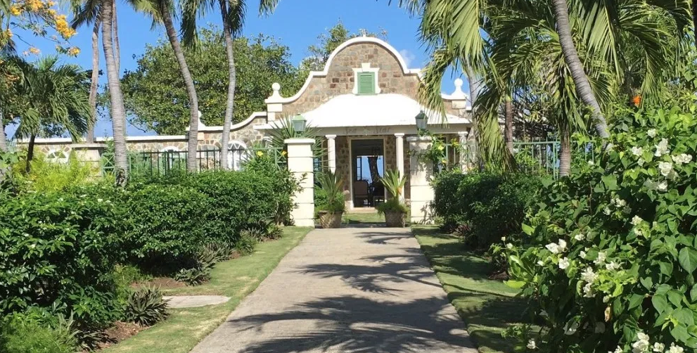 sea-star-luxury-beach-house-exterior-162239367060b3c346b9f04-png
