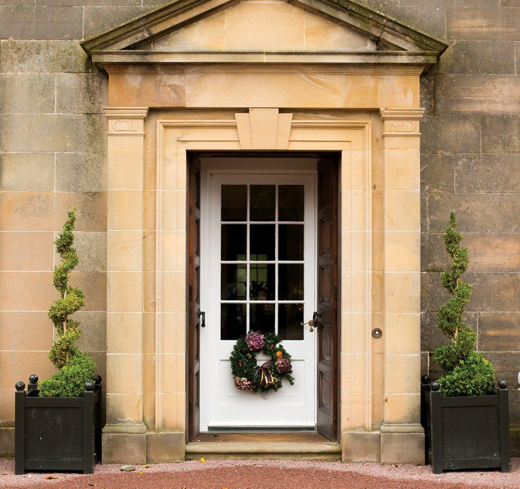 fronmt-door-with-xmas-wreath162254191560b6065b6abcb-jpg